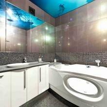 Фотопечать на потолке ванной комнаты